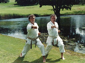 Reading Karate Senseis van Weenen (left) and Phipps (right) together